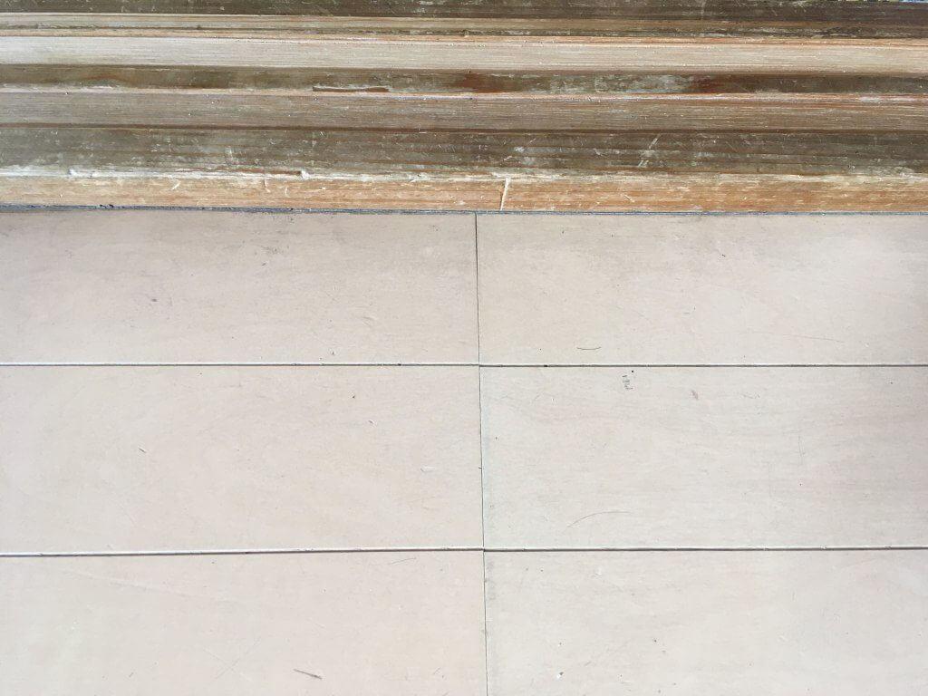 床をルンバが掃除した後の画像