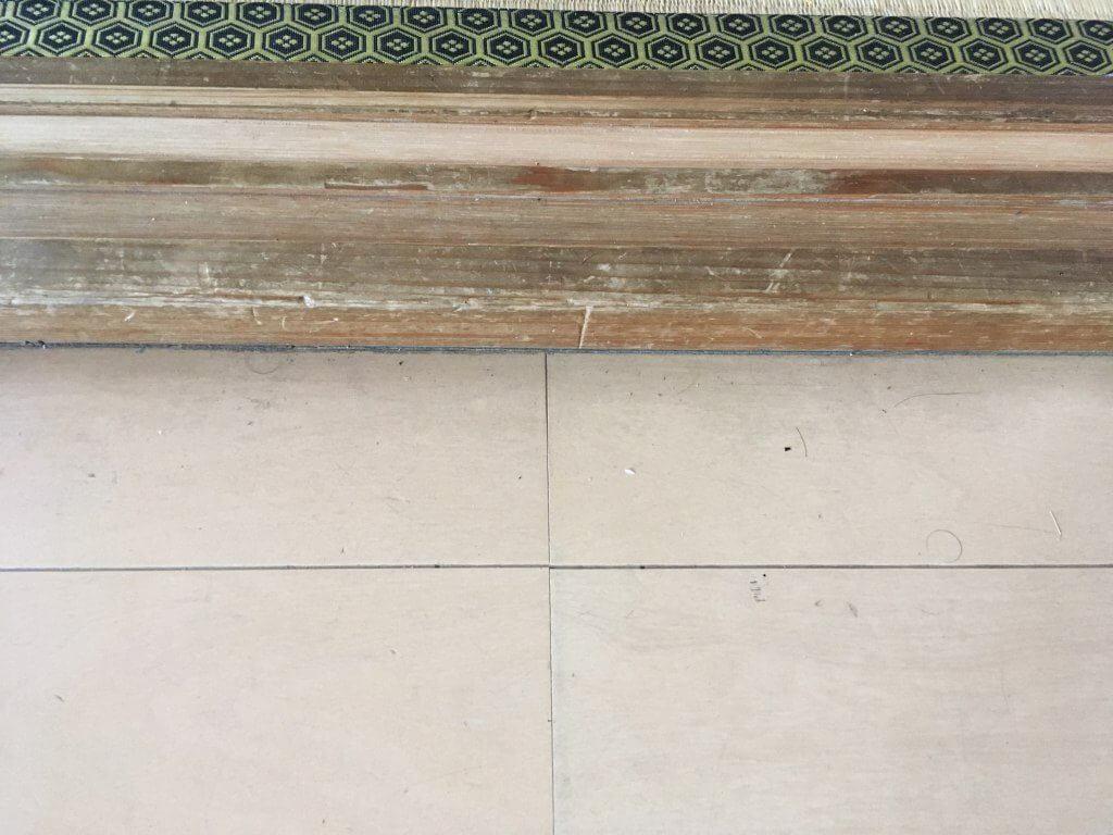 床をルンバが掃除する前の画像